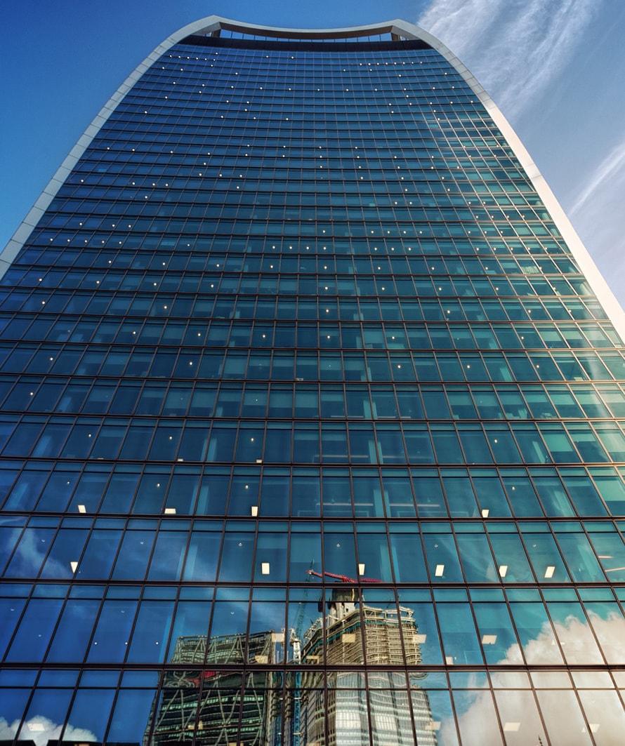 fachada de vidrio y aluminio